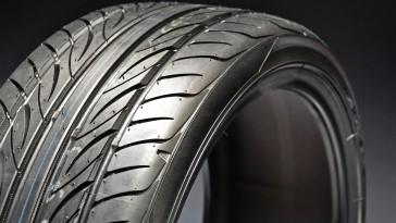 Ein einzelner Reifen wird beleuchtet