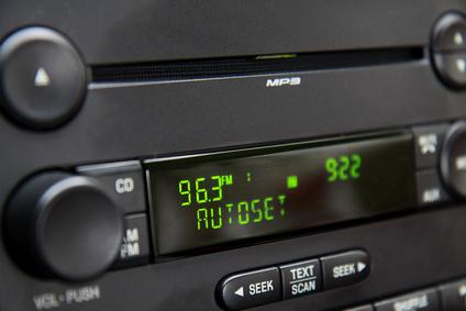 Ein Autoradio mit grüner LED-Anzeige