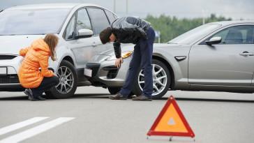Eine kurze Unachtsamkeit kann teure Folgen haben: Beim Linksabbiegen ereignen sich häufig Unfälle. Moderne Fahrerassistenzsysteme könnten viele Kollisionen verhindern. Foto: djd/Robert Bosch/123RF