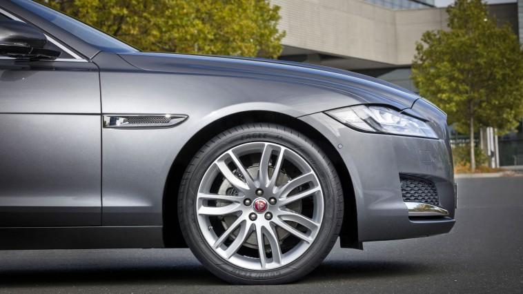 Die sogenannte Active Braking Technology von Goodyear vergrößert beim Bremsen die Kontaktfläche vom Reifen zur Fahrbahn und sorgt so für einen kürzeren Bremsweg. Foto: djd/Goodyear